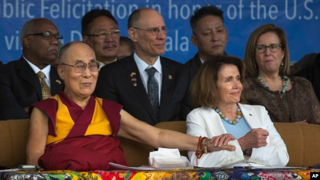 佩洛西2017年5月访问达兰萨拉与达赖喇嘛坐在一起(美联社)