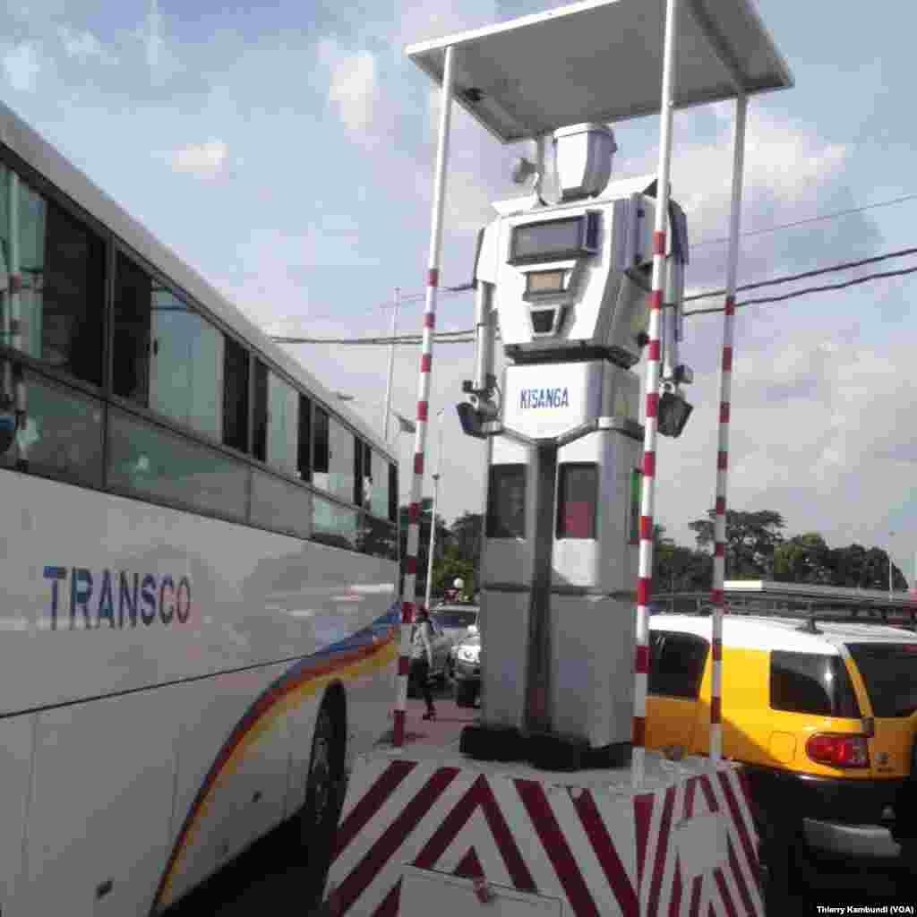 Les robots régulent le trafic routier dans Kinshasa