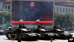 Presiden Xi Jinping tampak pada layar raksasa sementara militer China memamerkan tank tempur jenis 99A2 di gerbang Tiananmen, Beijing, Kamis (3/9).