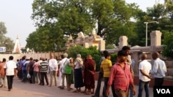 印度佛教圣城菩提迦耶,著名的摩诃菩提寺,传说释迦牟尼当年就是在这儿的菩提树下悟道成佛。(美国之音朱诺拍摄,2016年10月25日)