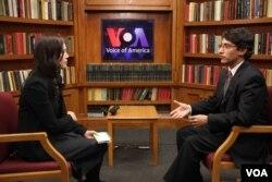 13일 맨스필드재단의 프랭크 자누지 대표(오른쪽)가 VOA 스튜디오에서 기자와 인터뷰하고 있다.