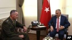 دیدار ژنرال دانفورد، رئیس ستاد مشترک نیروهای مسلح آمریکا (راست) با نخست وزیر ترکیه
