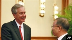 美国副国务卿伯恩斯2011年10月28日在北京与中国国务委员戴秉国握手