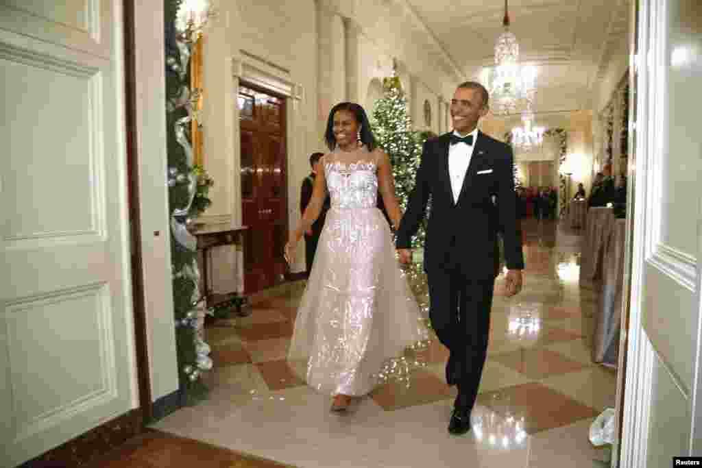 Prezident Barak Obama və xanımı Mişel Obama Ağ Evin qonaqların toplaşdığı Şərq salonuna gəlir - 7 dekabr, 2014