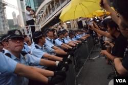 企圖衝出馬路佔領87分鐘的示威者與警方對峙。(美國之音特約記者湯惠芸照)