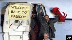 Seorang tawanan Iran dari AS, David Roede, ketika ia tiba di pangkalan Angkatan Udara AS Rhein-Main di Frankfurt, Jerman Barat dari Aljazair pada 21 Januari 1981. Ia termasuk di antara 52 orang Amerika yang disandera di Iran setelah ditangkap di Kedutaan Besar AS. (Photo: AP)