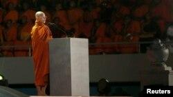 """Biksu Budha Ashin Wirathu, pemimpin """"Gerakan 969"""" memberikan sambutannya dalam rapt bear Bodu Bala Sena di Kolombo (28/9)."""