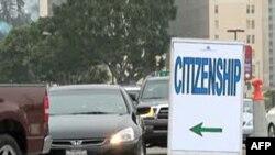 Vài ngàn người sống tại Hoa Kỳ trong vòng 5 năm trở lên, tụ tập tại trung tâm hội nghị Los Angeles, để trở thành công dân Hoa Kỳ