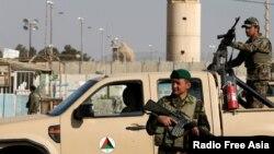 Dalam foto yang diambil tanggal 12 November 2016 ini, tampak Tentara Nasional Afghanistan tetap berjaga-jaga di luar jalan masuk menuju Lanud Bagram, setelah sebuah ledakan di pangkalan udara NATO, utara Kabul, Afghanistan (foto: REUTERS/Omar Sobhani)