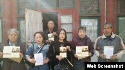 访民在赵紫阳故居房间外手握纪念卡合影(博讯图片)