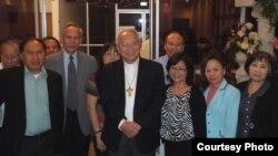 Khách chụp hình lưu niệm với Đức cha Nguyễn Thái Hợp ở San Jose ngày 18/5/2014.
