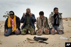 利比亚反卡扎菲人员在班加西南部前线祈祷