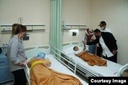Menteri Agama Yaqut Cholil Qoumas didampingi Uskup Agung Makassar Mgr. John Liku Ada' menguatkan warga agar tidak takut beribadah, pasca ledakan bom di Gereja Katedral di Makassar, Sulawesi Selatan. (Foto: Kemenag RI)