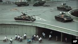 1989年六四天安門屠殺事件兩天後中國軍隊在北京一處立交橋上部署的坦克。