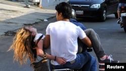 Génesis Carmona es trasladada tras recibir un impacto de bala en la cabeza durante una protesta contra el presidente Maduro