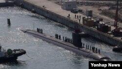 미국의 로스앤젤레스급 핵 잠수함인 샤이엔(Cheyenne.6천900t)이 20일 해군작전사령부 부산기지에 입항하고 있다