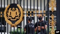 Polisi menjaga pintu belakang Istana Negara di Kuala Lumpur, Malaysia, Kamis, 19 Agustus 2021. Mantan Wakil Perdana Menteri Ismail Sabri Yaakob tampaknya mendapat dukungan mayoritas untuk menjadi pemimpin baru Malaysia.