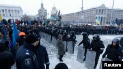 11일 우크라이나 기예프의 독립광장에 경찰과 시위대가 대치하고 서 있다.