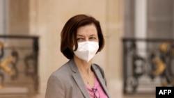 La ministre française de la Défense Florence Parly part après avoir participé à la réunion hebdomadaire du cabinet au palais présidentiel de l'Élysée à Paris le 7 juillet 2021.