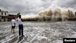 """颱風""""天兔""""在廣東汕頭登陸﹐掀起的海浪衝向岸邊的情景。"""