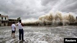 22일 중국 광둥성 해안에서 태풍 우사기의 영향으로 높은 파도가 일고 있다.