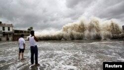 Sóng mạnh đánh vào bờ trong lúc bão Usagi ập vào tỉnh Quảng Đông, ngày 22 Tháng 9, 2013.