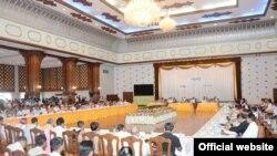 ႏိုင္ငံေရးပါတီေတြက ကိုယ္စားလွယ္ေပါင္း ၁၀၀ ေက်ာ္နဲ႔ သမၼတဦးသိန္းစိန္ ေတြ႔ဆံုစဥ္။ (ဓာတ္ပံု- MOI Webportal Myanmar's post)