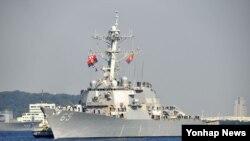 일본 가나가와현 요코스카시의 미 해군 기지에 19일 미군의 이지스함 '벤폴드'호가 배치됐다.