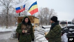 6일 친러시아계 반군들이 우크라이나 동부 페르보마이스크 검문소에서 경계근무를 서고 있다.