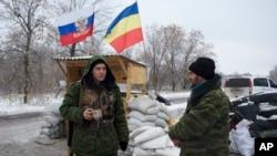 Separatis pro-Rusia menjaga sebuah tempat pemeriksaan di kota Pervomaisk, Ukraina timur.