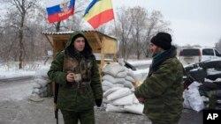 Proruski pobunjenici na vojnom punktu u istočnoj Ukrajini, 6. decembar 2014.
