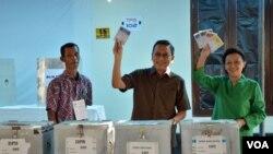 Wapres Boediono dan ibu Herawati Boediono mencoblos di Bilik 3 dan 4 dan memasukkan kertas suara ke Kotak Suara di TPS 102 Komplek Perumahan Sawitsari Kelurahan Condong Catur, kabupaten Sleman Yogyakarta, Rabu pagi (9/4).