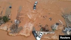 Foto udara menunjukkan banjir melanda Pulau Kreta, Yunani hari Selasa (10/11).