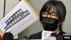 鄒幸彤手持回應警務處處長的公開信,重申支聯會並非外國代理人。 (美國之音湯惠芸)