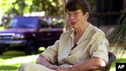 资料照:前美国司法部长珍妮特·雷诺2001年宣布参选佛罗里达州长之后在迈阿密的家中与记者见面。