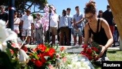 15일 프랑스 남부 니스 해변 트럭 테러 현장에 추모객들이 희생자들을 기리는 꽃다발을 놓고 있다.