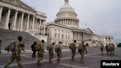 Miembros de la Guardia Nacional llegan al Capitolio el lunes, días después que seguidores del presidente Donald Trump atacaron el Capitolio en Washington.