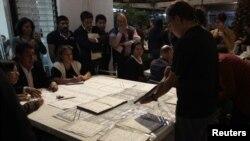 Seorang petugas menghitung ulang surat suara yang masuk di sebuah TPS di Institut Pemilihan Pemerintah Meksiko (IFE), Meksiko (4/7).