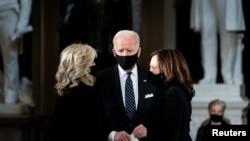 Joe Biden dhe gruaja e tij, Jill Biden flasin me senatoren Kamala Harris në ceremoninë e homazheve për anëtaren e Gjykatës së Lartë, Ruth Bader Ginsburg