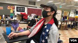 堅信自由民主的香港理工大學校園美食坊的義工廚師施先生 (美國之音海彥拍攝 )