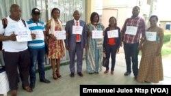 L'équipe du centre pour l'environnement et le développement lors du lancement de la campagne sur le droit foncier des autochtones et communautés locales au Cameroun, le 3 mai 2017. (VOA/Emmanuel Jules Ntap)