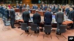 Avrupa Birliği liderleri Brüksel'de yapılan olağanüstü zirve öncesinde Akdeniz'de hayatını kaybeden göçmenler için saygı duruşunda bulundu.