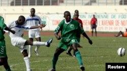Yeo de Séwé Sport de San Pedro, à gauche, amorce un tir en face de Kingue Mpongo Stephane de Coton sport du Cameroun au cours d'un match de la ligue africaine des champions à Abidjan, 3 mars 2007.