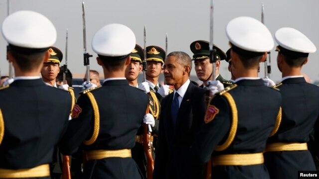 11月10日,美国总统奥巴马抵达中国时检阅仪仗队。