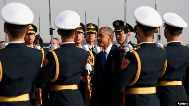 Tổng thống Obama đi ngang hàng vệ binh danh dự khi đến Bắc Kinh, ngày 10 tháng 10, 2014.
