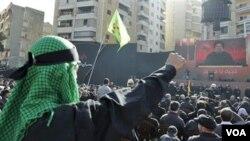 Para pendukung Hizbullah saat mendengarkan pidato pemimpin Hizbullah, Syekh Hassan Nasrallah dalam peringatan hari Ashura di Beirut, 16 Desember 2010.