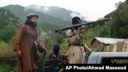 Anggota Taliban tengah berpatroli di wilayah Shawal, Waziristan utara, Pakistan (Foto: dok). Pasukan angkatan udara Pakistan membombardir tempat persembunyian militan di sekitar wilayah ini (20/2).