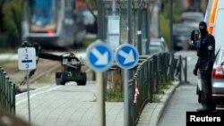 Cảnh sát hôm 25/3 dùng robot để lục soát quận Schaerbeek sau vụ đánh bom ở thủ đô Brussels hôm thứ Ba.