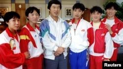 中国田径教练马俊仁(中)与王军霞(左二)和其他马家军成员合影 (资料照片)