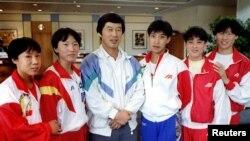 中国田径教练马俊仁(中)与王军霞(左二)和其他马家军成员涉及违禁药物的丑闻 (资料照片)